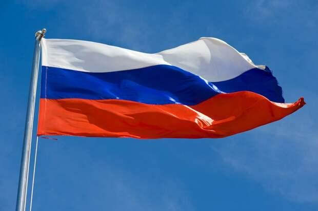 Библиотекарь в Алтуфьеве рассказала «Московским долголетам» о российском флаге