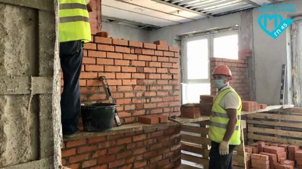 Более восьмидесяти специалистов ремонтируют поликлинику на Флотской