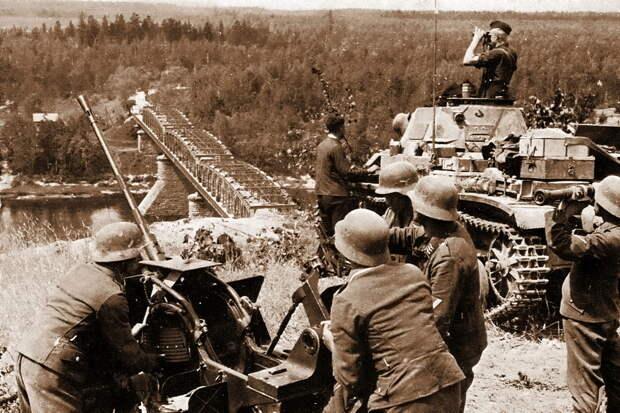 Немецкий лёгкий танк Pz.Kpfw.II и расчёт 20-мм зенитного орудия у моста через Неман у Алитуса - Нестандартное 22 июня   Warspot.ru