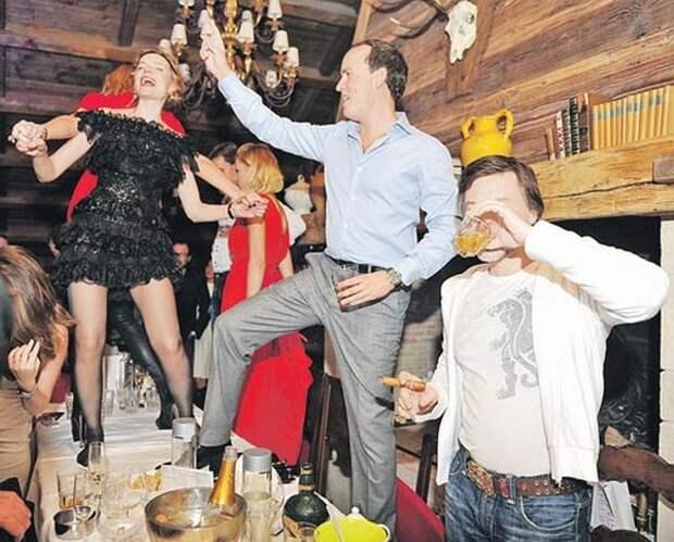 А нам всё равно! Чиновники устроили вечеринку в день трагедии в Керчи (ВИДЕО)
