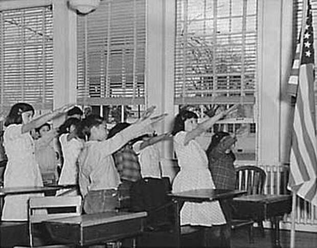 """На фото - так называемый """"салют Беллами"""": произнесение клятвы верности флагу США в американской школе, 1941 год"""