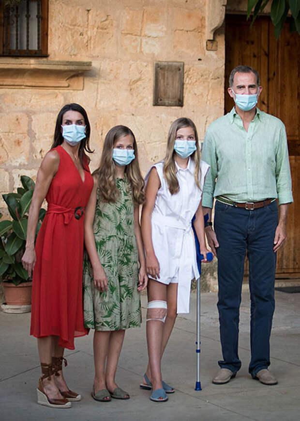 На фоне скандала: королева Летиция и король Филипп с детьми посетили Петру