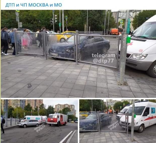 У «Беломорской» автомобиль влетел в ограждение