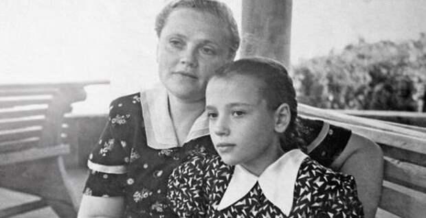 """Елена Санаева с мамой Лидией Санаевой (фото: """"Семь Дней"""")"""
