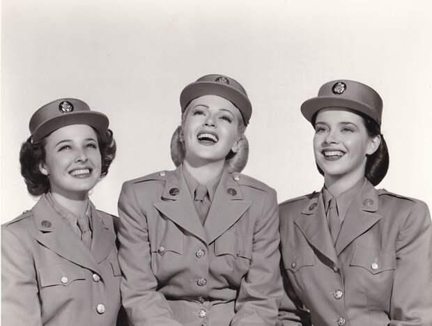 Лорейн Дэй, Лана Тёрнер и Сьюзан Питерс на съёмках «Держите свой порох сухим», 1945 год (Wikimedia)