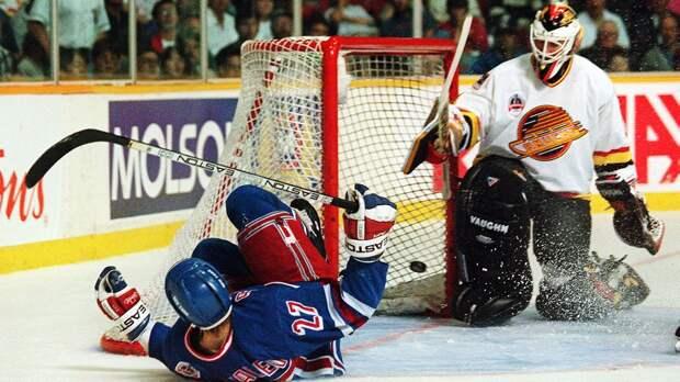 Легендарному голу Ковалева— 26лет. Его шайба впадении вфинале Кубка Стэнли попала наобложку NHL95
