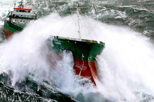 Невероятное видео от пассажиров кораблей, оказавшихся в 10-бальном шторме