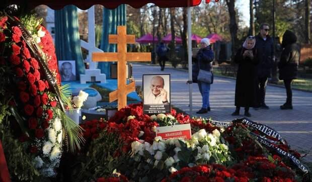 «Стыдно и смешно»: евреи возмущены православным крестом у Жванецкого