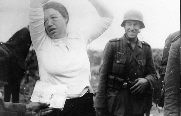 Почему немцы не признавали советских женщин военнослужащими и как издевались над отважными красноармейками