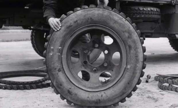 Водитель с новой шиной СССР