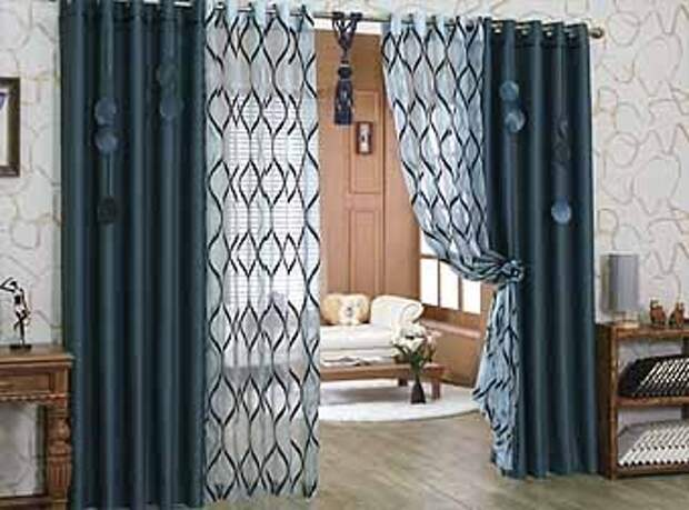 темные классические шторы на двери