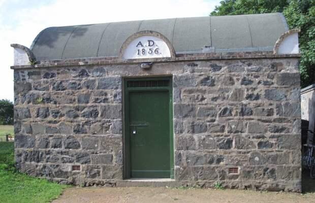 3 фото самой маленькой тюрьмы в мире, которая похожа на дом хоббита