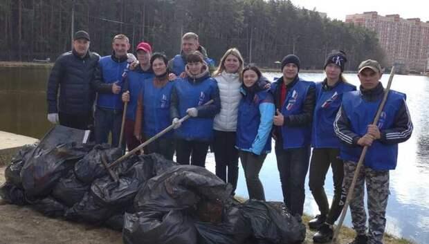 Волонтеры Подольска в ходе субботника убрали набережную водоема Южный