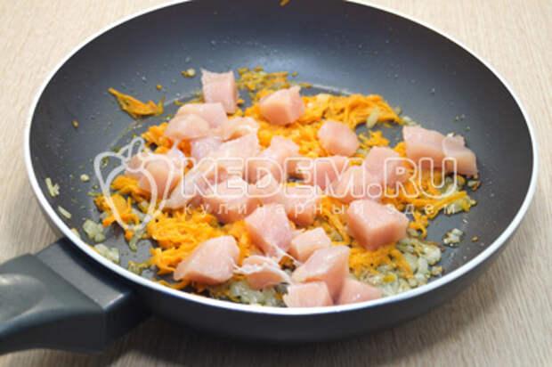 Добавить кубиками нарезанное филе. Готовить 4-5 минут помешивая.