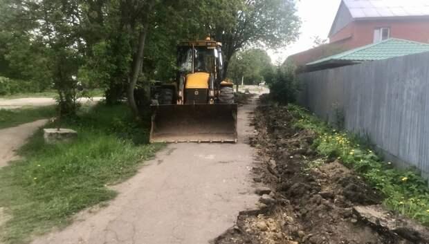 Рабочие приступили к ремонту тротуара на улице Садовая в Климовске