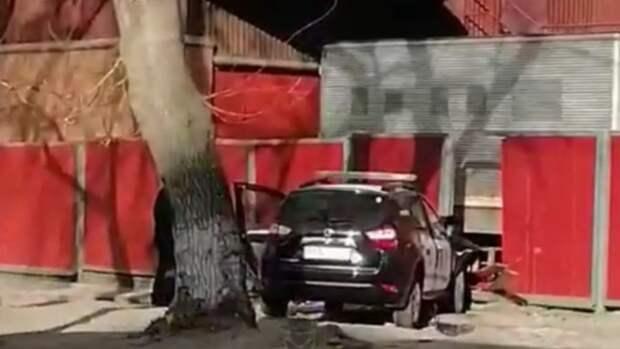 Автомобиль ЧОПа врезался в забор в Барнауле