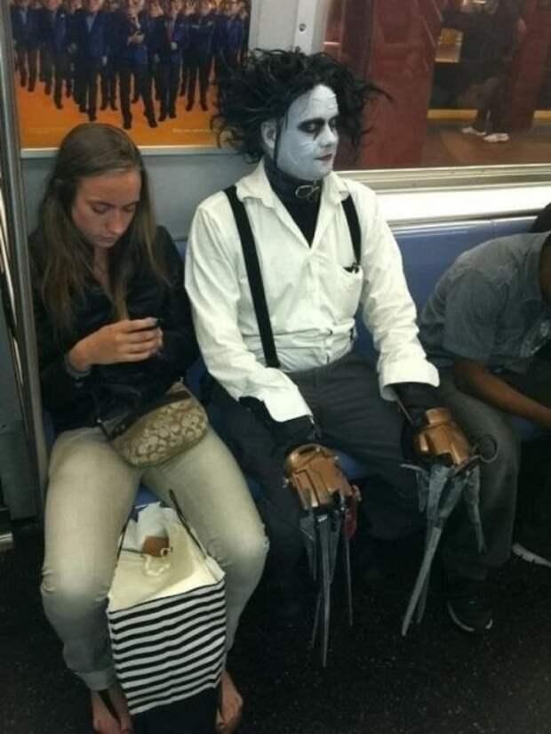 Странные и необычные пассажиры в метро (21 фото)