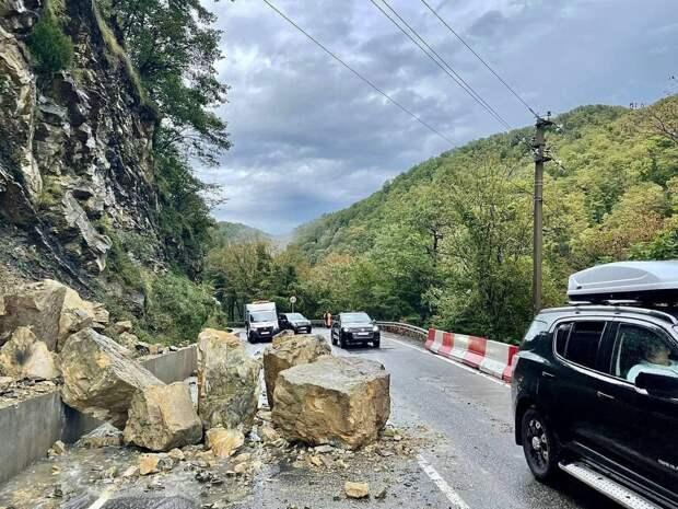 Небывалый камнепад перекрыл дорогу Джубга - Сочи