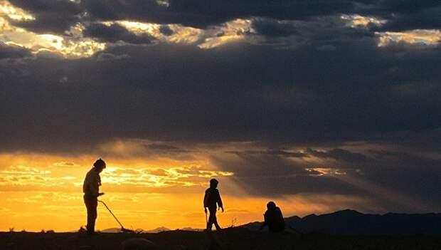 Поиск метеоритов в пустыне. Архивное фото