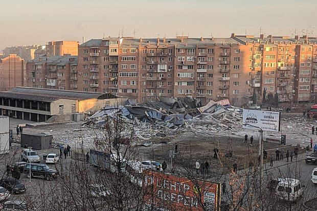 Мощный взрыв уничтожил здание супермаркета во Владикавказе