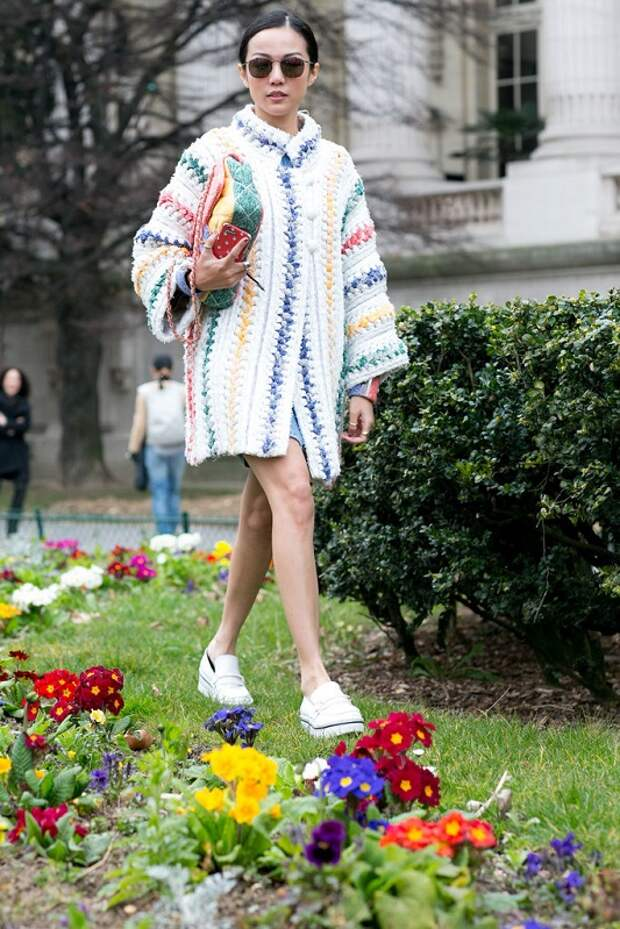 Девушка в белом пальто с разноцветными вставками и белых криперах