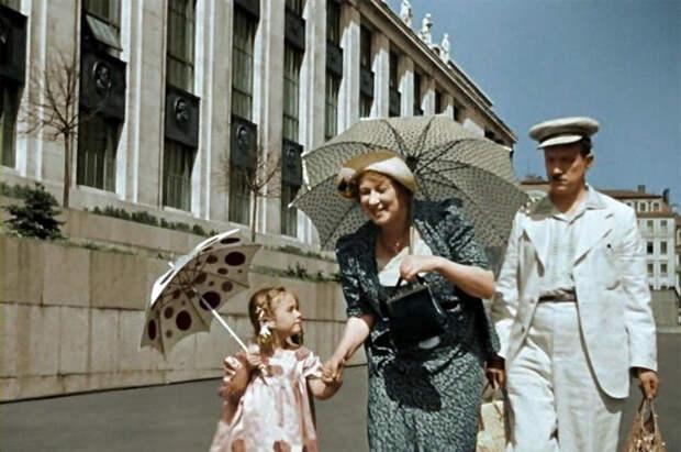 Несколько сцен фильма происходят у Библиотеки им. Ленина, нового здания, также построенного в 1930-е гг.