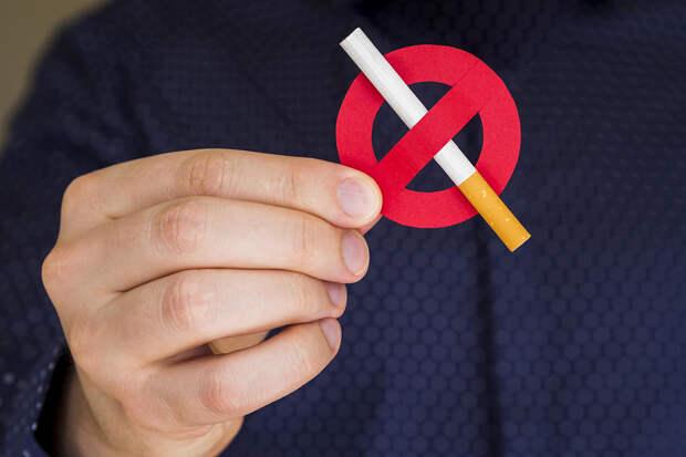 Россиянам запретили курить на территории больниц и школ