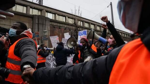 ВБрюсселе демонстранты сожгли полицейский участок