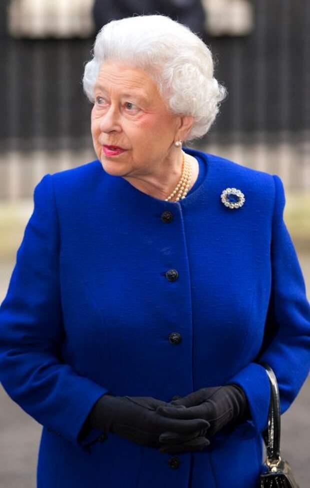 Елизавета II с сапфировой брошью. / Фото: www.harpersbazaar.com.ua