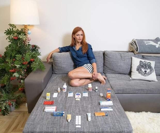 Чем лечатся люди по всему миру: фотограф просит показать домашние аптечки жителей разных стран