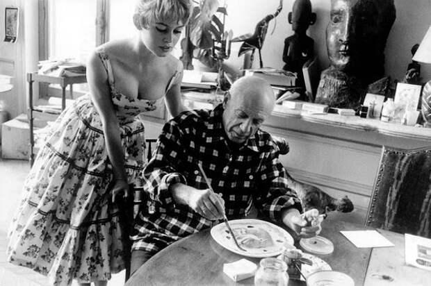 Актриса Брижит Бардо смотрела работу Пабло Пикассо в своей студии в Валлорисе во время Международного Каннского кинофестиваля 1956 года