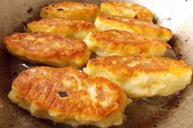 Обжариваем картофельные зразы с грибами до золотистой корочки