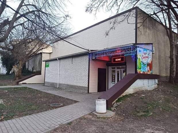 Мужской туалет в Симферополе сделали продуктовым магазином «Орешки»