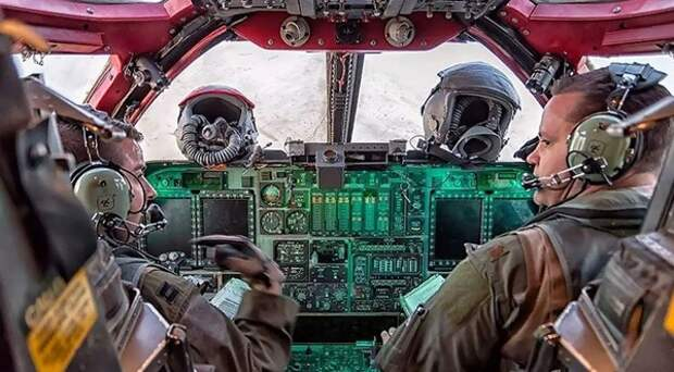 Американские пилоты покрасили кабину своего бомбардировщика в розовый цвет