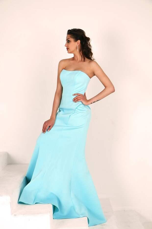 девушка в длинном голубом платье на ступеньках