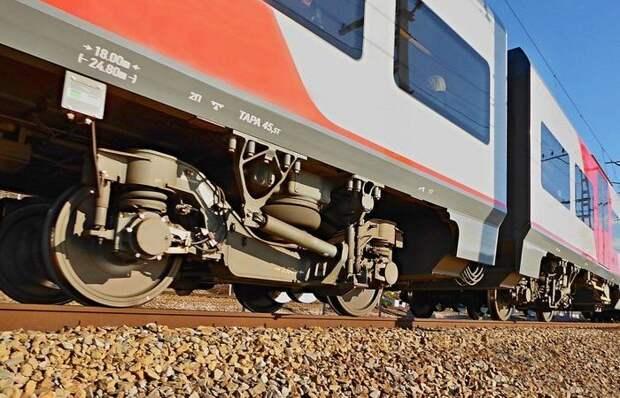 «Постой, паровоз»: зачем стучат по колесам поездов после остановки
