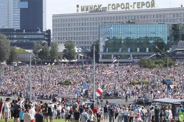 Протестующие в Минске стоят у Дома независимости – резиденции Лукашенко