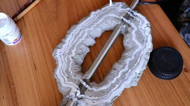 Нетривиальный светильник с агатом, сделанным из самых простых материалов