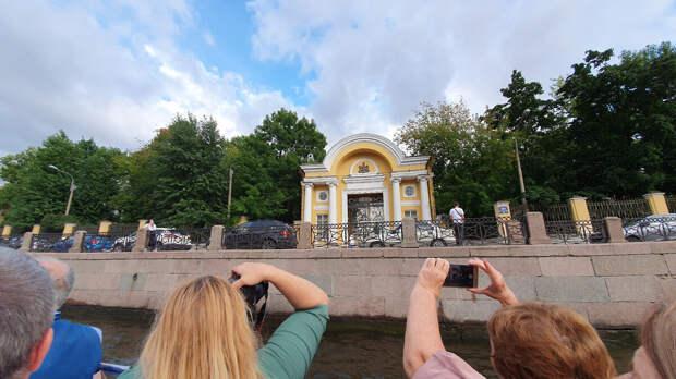 Город Санкт-Петербург Ворота бывшей усадьбы Разумовского. Город Санкт-Петербург