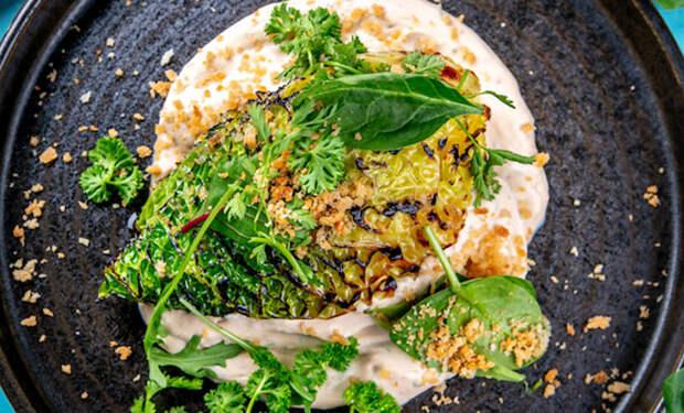 Жарим капусту на сковороде и добавляем майонез: закуска на замену салату