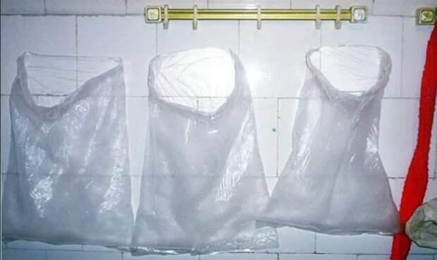 Постиранные пакеты сохнут на стене.