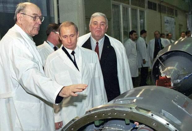 Герберт Ефремов слева от президента РФ Владимира Путина, 2002 год
