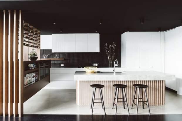 Если вы все же решили оформить стены в темных оттенках, то лучше всего осветлить кухню за счет массивных светлых элементов кухонного гарнитура