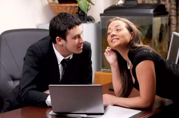 Новая коллега открыто флиртует с мужем, а он не хочет это прекратить: «А что я сделаю?»