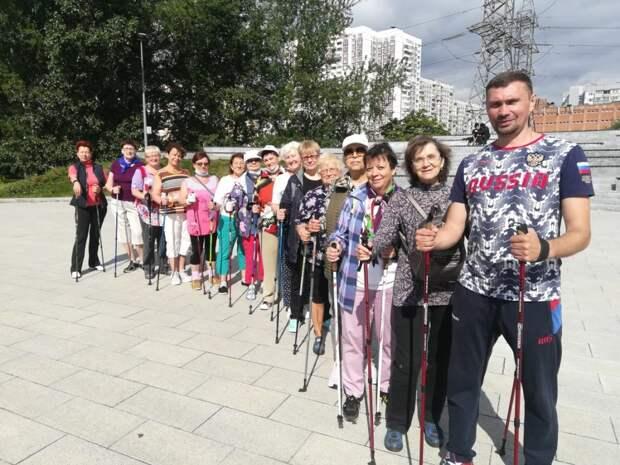 Занятия по скандинавской ходьбе возобновились в парке 850-летия Москвы