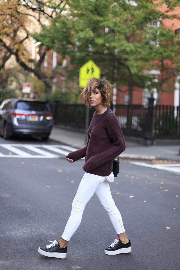 Модель в белых брюках, свиншоте и бело-черных криперах на шнуровке