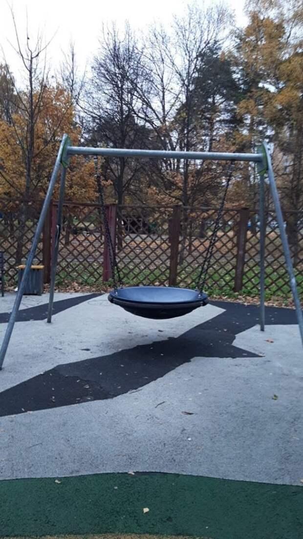 На детской площадке в Лосинке починили качели
