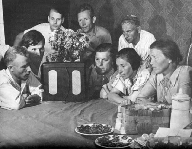 Члены колхоза «Путь Ильича» слушают сводки Советского информбюро, 1941 год.