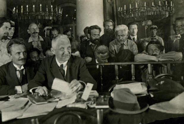 Обвиняемые правые эсеры и их адвокаты на судебном процессе 1922 года