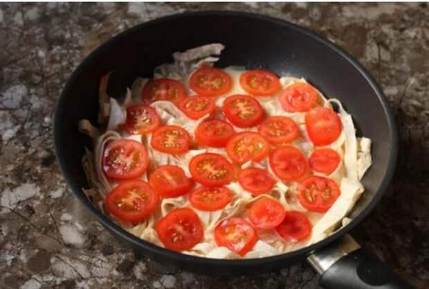 Беру тонкий лаваш, нарезаю ножницами прямо в сковородку: быстрый завтрак за 10 минут